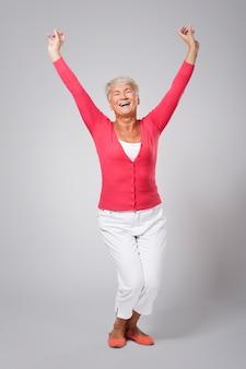 Énorme bonheur du succès de la femme âgée
