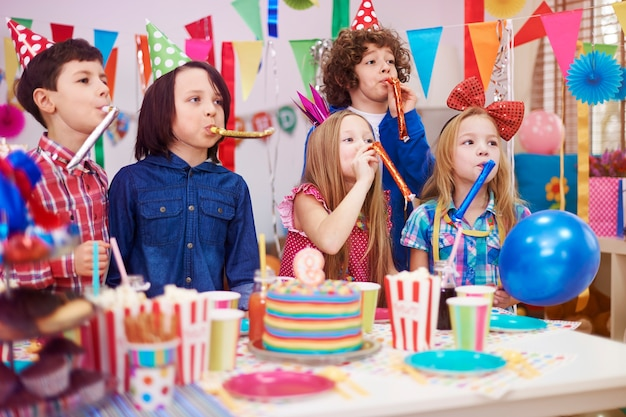 Énorme bruit à la fête d'anniversaire des enfants