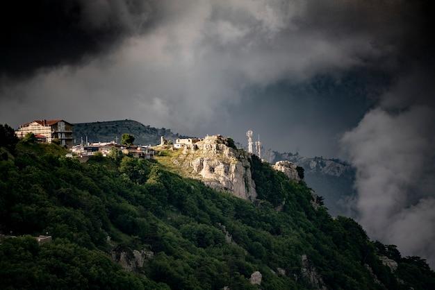 Un énorme ciel de nuages pluvieux, au-dessus du village de montagne