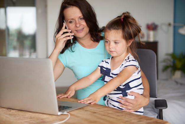 Énorme curiosité mère et fille