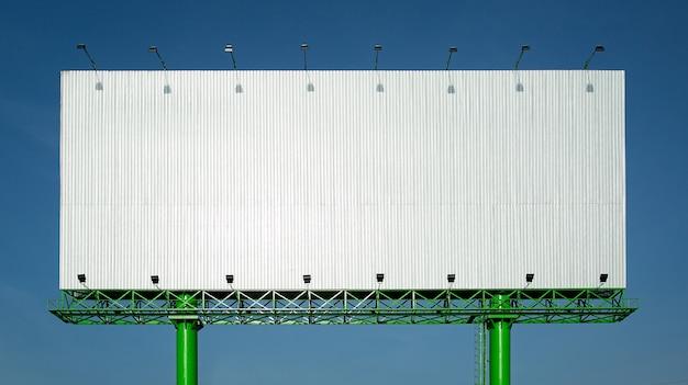 Énorme nouveau panneau publicitaire vierge dans le ciel bleu