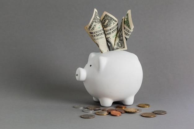 D'énormes économies dans la tirelire, débordant d'argent