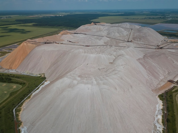 D'énormes montagnes de décharges de stériles lors de l'extraction de la potasse