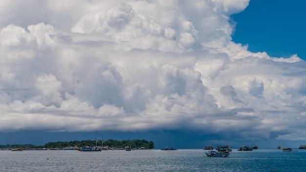 D'énormes nuages blancs au-dessus du port de waisai, waigeo, raja ampat, papouasie occidentale, indonésie