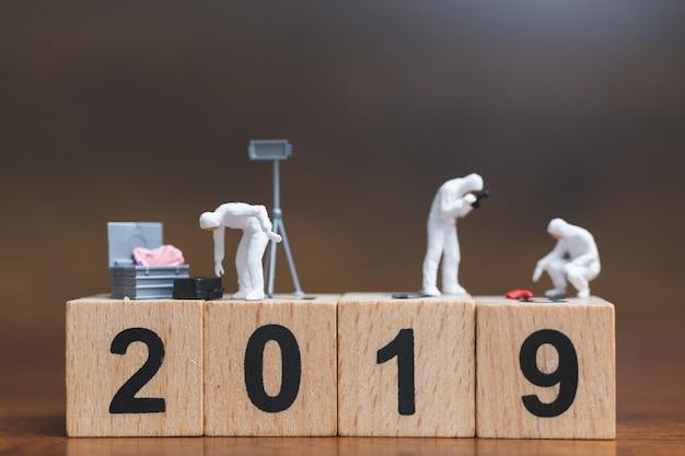 Enquête sur la scène de crime sur un bloc de bois numéro 2019