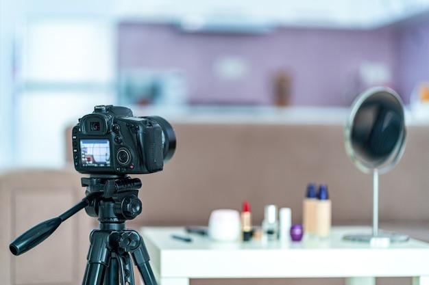 Enregistrement d'un blog beauté sur le maquillage et les cosmétiques à la maison. blog et streaming en direct