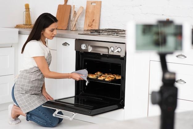 Enregistrement de blogueur pour une émission de cuisine