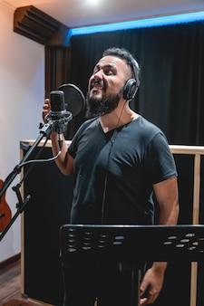 Enregistrement de chanteur dans l'enregistrement de musicien de studio d'enregistrement