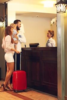 Enregistrement de la famille à l'hôtel