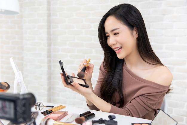 Enregistrement de femme asiatique beauté vlogger maquillage tutoriel