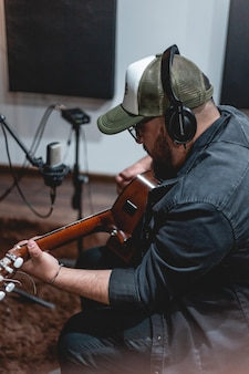 Enregistrement de guitariste en studio d'enregistrement enregistrement de musicien