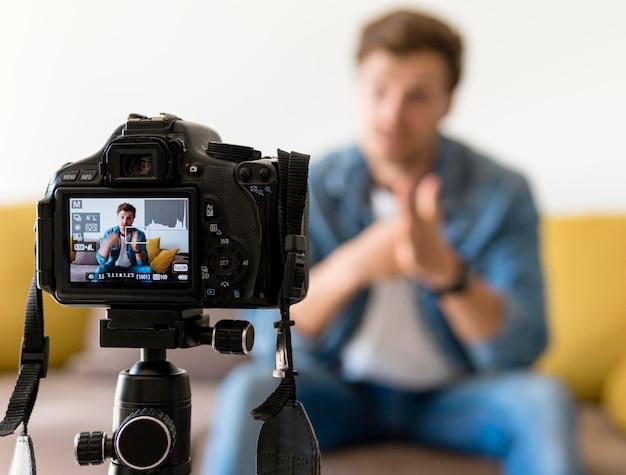 Enregistrement d'un homme adulte pour un blog personnel à la maison