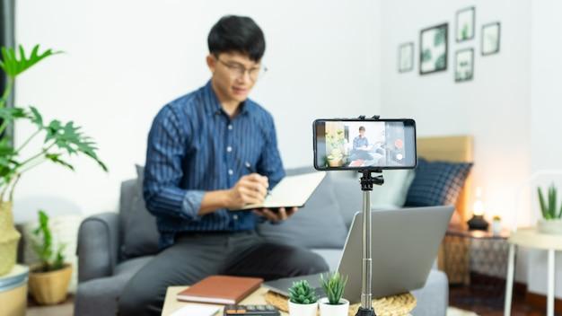 Enregistrement d'influenceur de médias sociaux avec un smartphone
