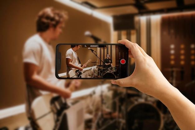 Enregistrement par téléphone d'une performance musicale en direct, en studio