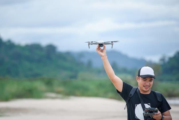 Enregistrement vidéo avec un avion drone hommes asiatiques à l'aide de drones vidéo pour faire des vidéos musicales