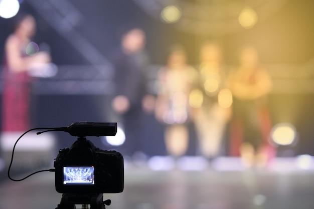Enregistrement vidéo en direct sur le réseau social d'une caméra dslr lors d'une session d'interview du concours