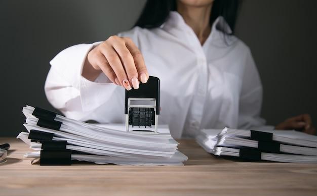Enregistrer ou autoriser le tampon papier au bureau.