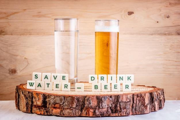 Enregistrer l'eau boire de la bière - verre d'eau avec verre de bière. concept d'écologie