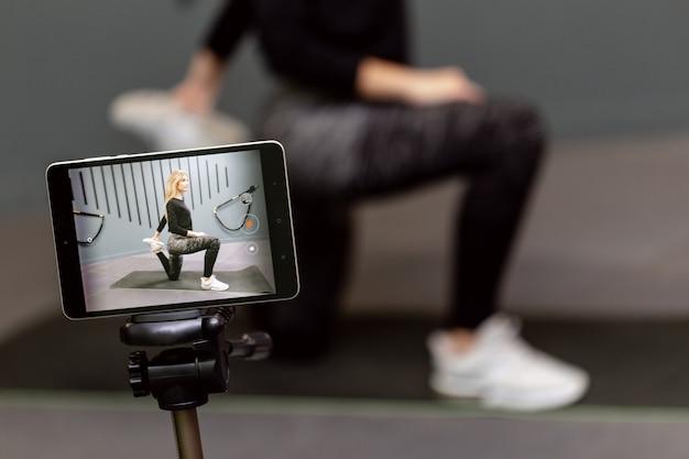 Enregistrez une leçon vidéo sur le sport d'entraînement au gymnase pour la chaîne sur internet.
