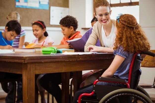 Un enseignant aidant un élève handicapé