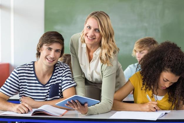 Enseignant aidant les étudiants en classe