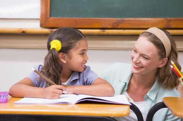Enseignant, aider, élève, dans, classe