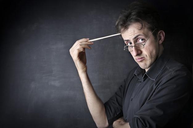 Enseignant à l'air sérieux