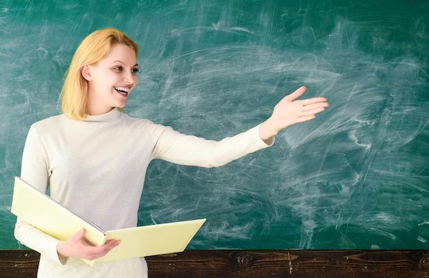 Enseignant dans l'école en classe retour à l'école en classe éducation des enseignants emploi septembre copie