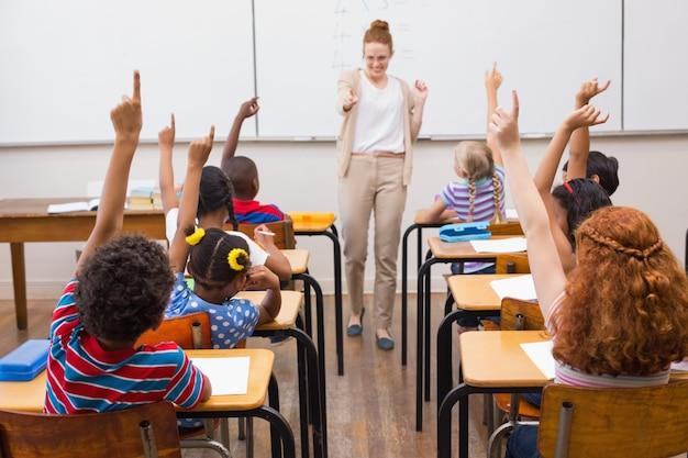 Enseignant donnant une leçon de mathématiques en classe