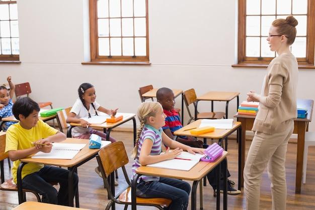 Enseignant donnant une leçon en salle de classe
