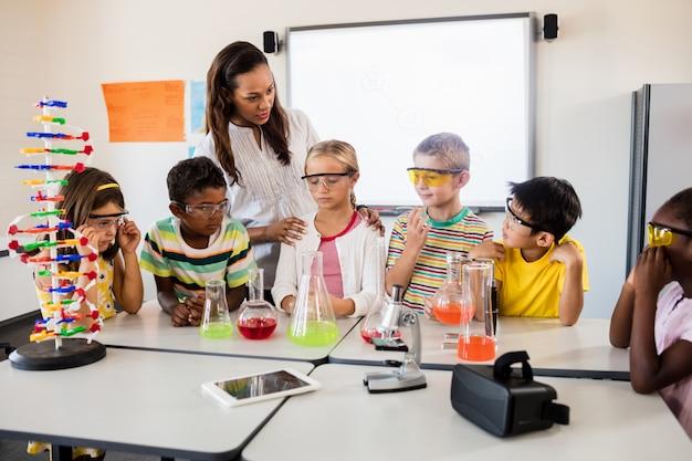 Un enseignant donne une leçon de science