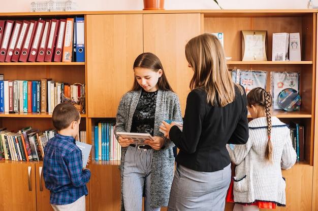 Enseignant donne des livres