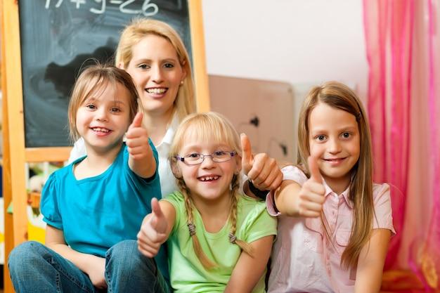 Enseignant avec des écoliers
