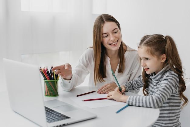 Enseignant et élève apprenant ensemble