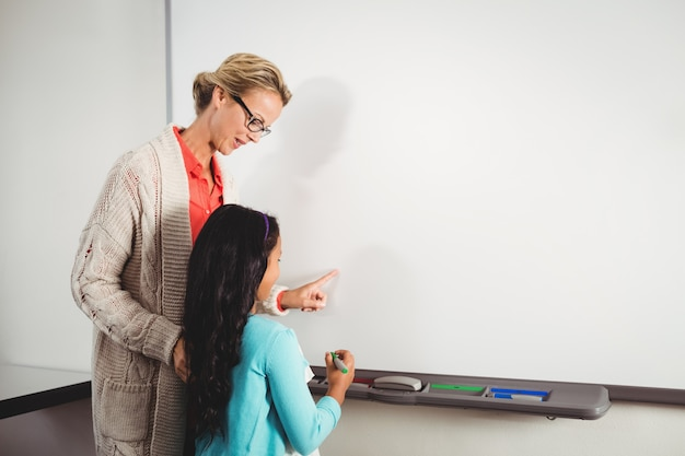 Enseignant, élève, debout, devant, tableau blanc