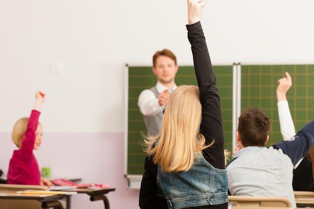 Enseignant avec élève à l'enseignement scolaire