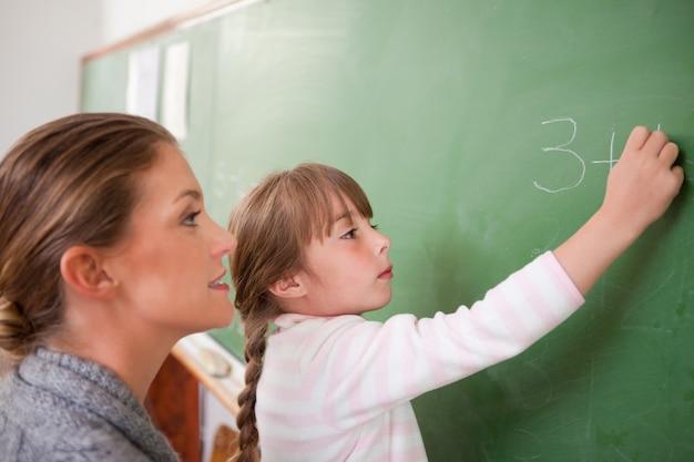 Enseignant et un élève faisant un ajout