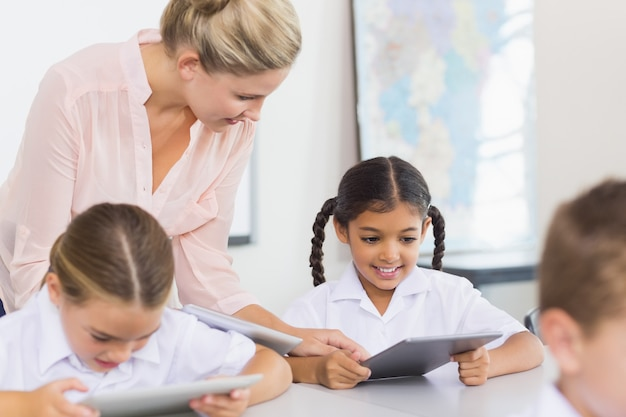Enseignant enseignant écolière sur tablette numérique