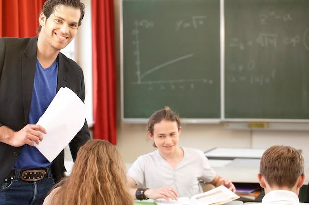 Enseignant enseignant ou éduquer au conseil une classe à l'école
