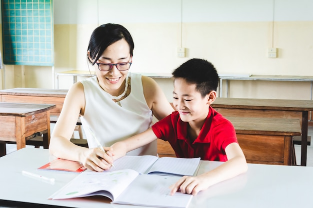 Enseignant enseignant garçon à faire ses devoirs en classe