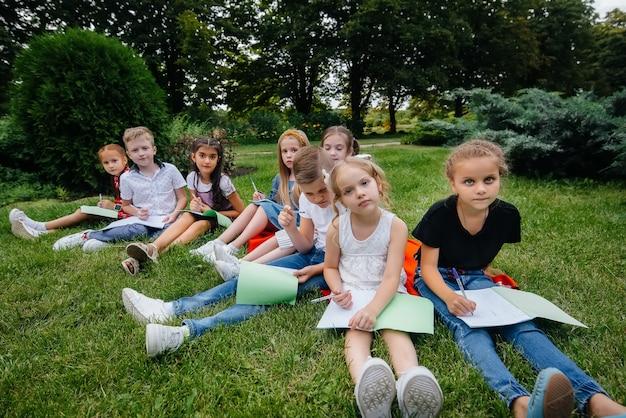 Un enseignant enseigne à une classe d'enfants dans un parc extérieur