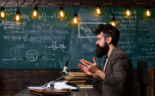 L'enseignant est un conférencier qualifié lors d'un atelier commercial et les enseignants de présentation possèdent de bonnes capacités d'écoute.