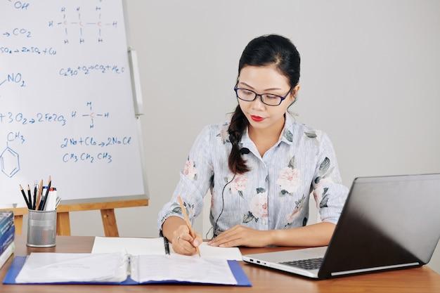 Enseignant établissant un plan sur la leçon en ligne