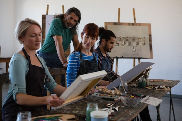 Enseignant, étudiant, regarder, femme, tenue, artistes, toile