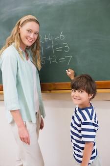 Enseignant expliquant les mathématiques à un élève