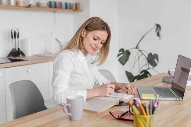 Enseignant faisant ses cours en ligne sur son ordinateur portable