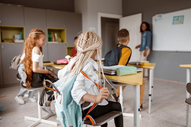 Enseignant fermant les portes au début de la leçon