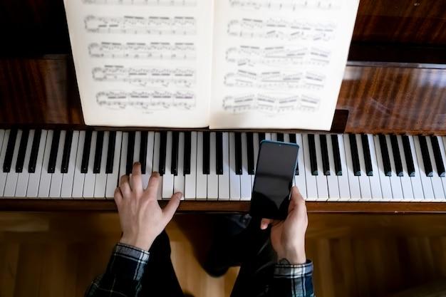 Enseignant jouant du piano pendant sa leçon en ligne