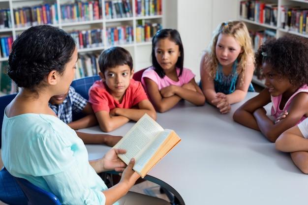 Enseignant, lecture, livre, enfants, regarder, elle