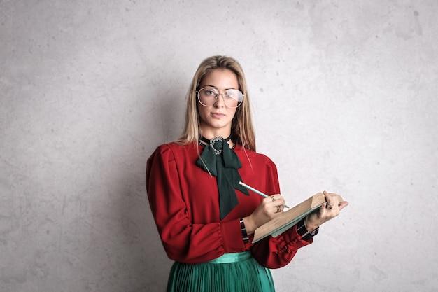 Enseignant avec un livre et un stylo